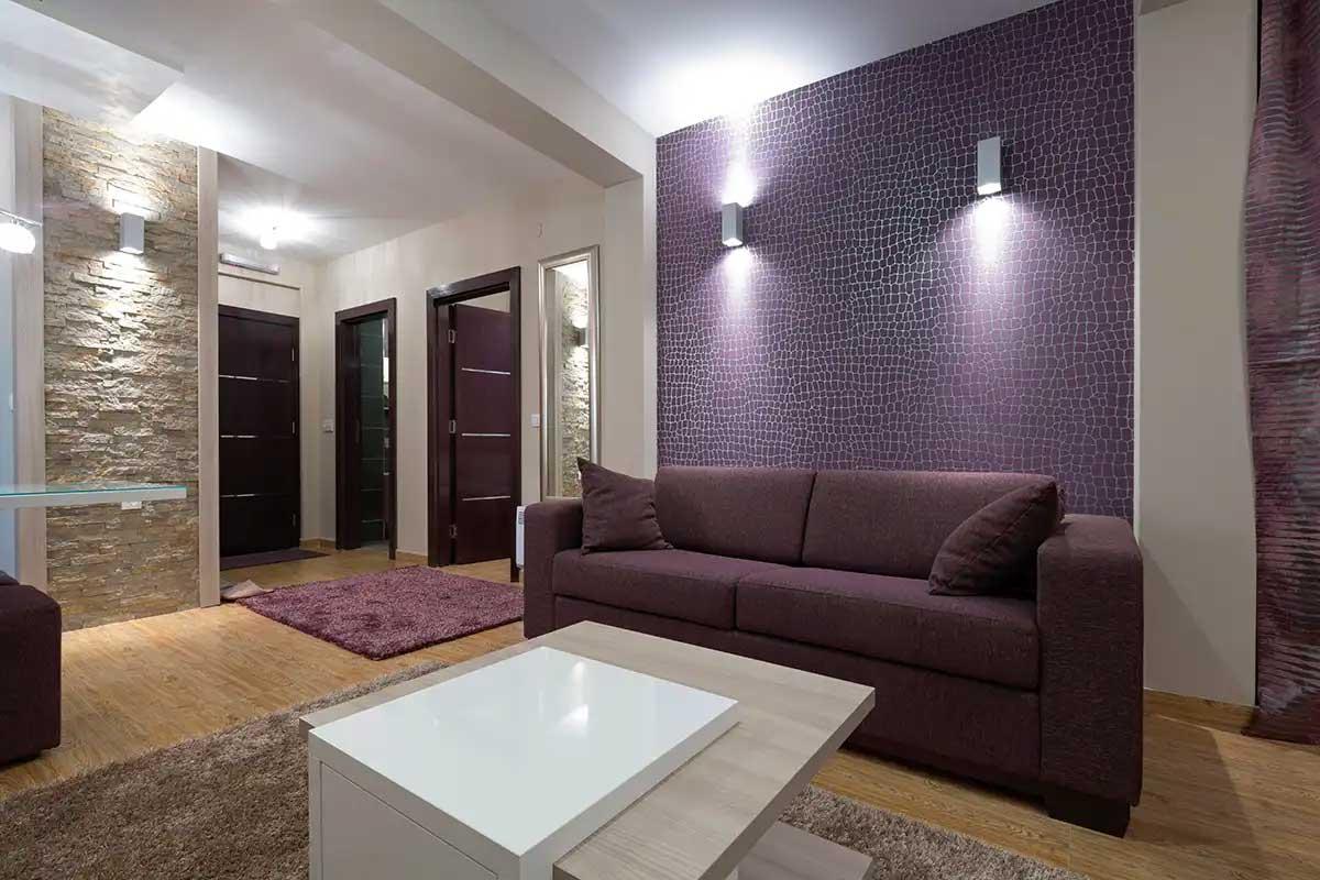 хол в лилаво